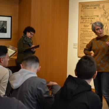 La conférencière du MAHJ analyse la propagande antisémite avec les élèves