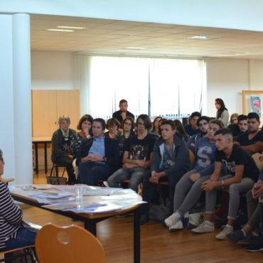 Elèves, enseignants, agents et AED du Lycée Léonard de Vinci, écoutant le témoignage de Ginette Kolinka