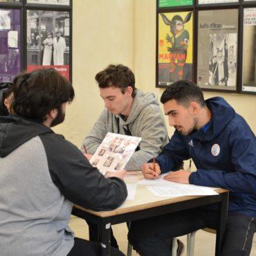Un groupe d'élèves au travail au MAHJ autour de l'affaire Dreyfus
